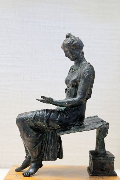 2 Bronze_young_girl_reading_CdM_Paris